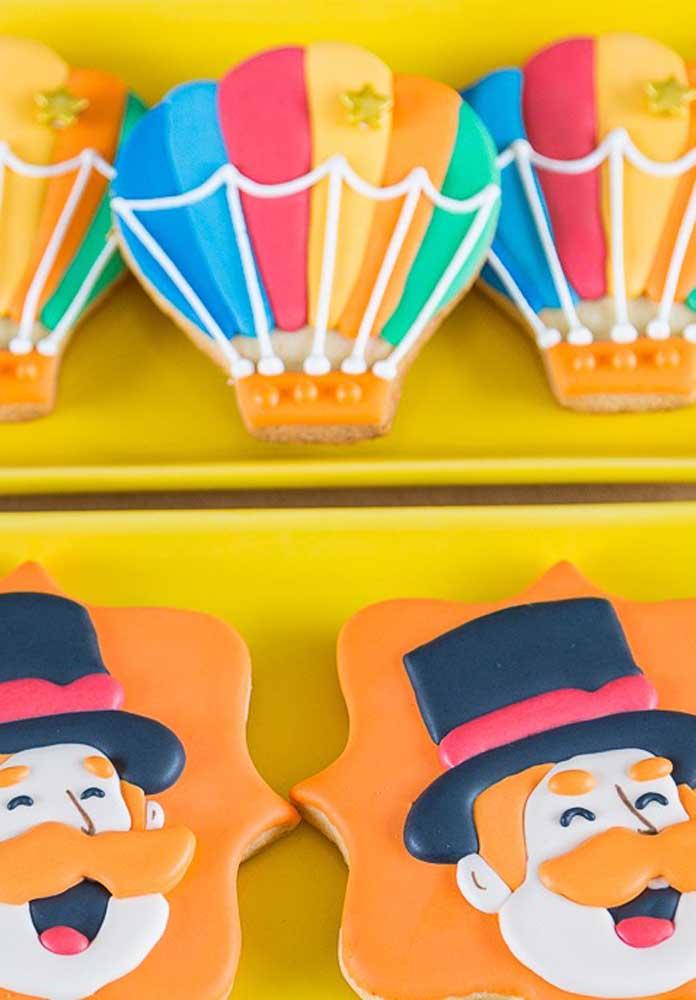 Corte os doces e guloseimas no formato da carinha dos personagens e de alguns elementos decorativos.