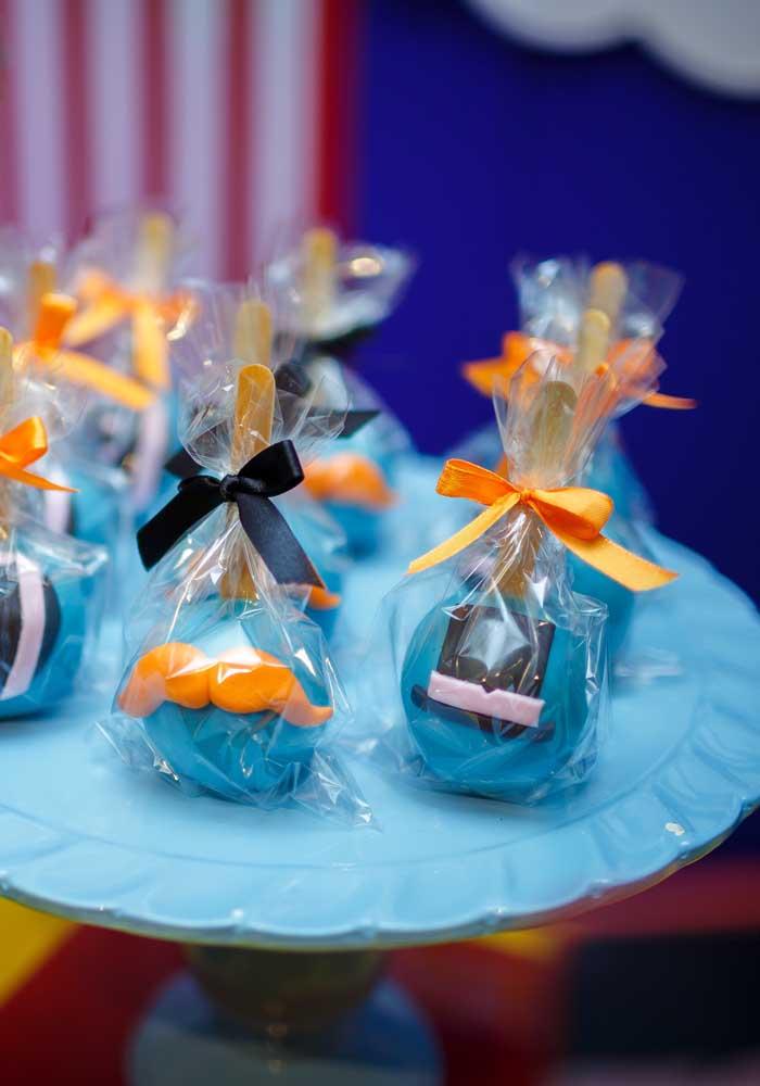 O cake pop é uma das guloseimas mais queridas de aniversário infantil, ainda mais se for personalizado de acordo com o tema.