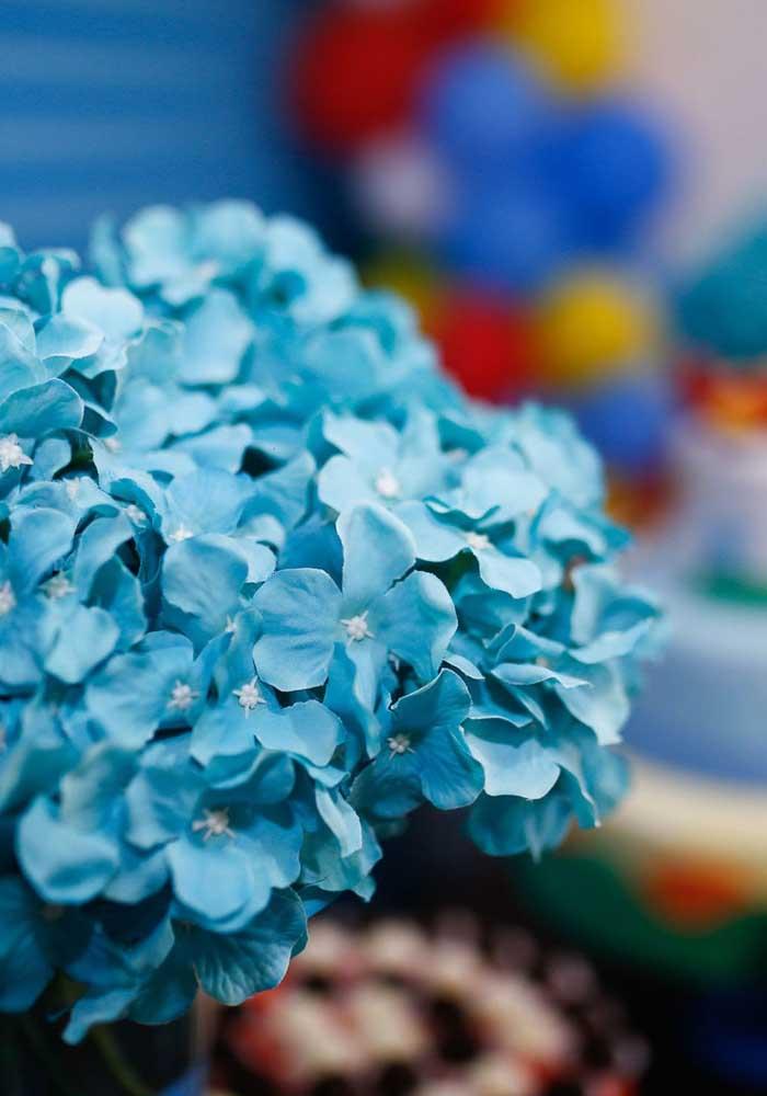 Use e abuse de flores artificiais na decoração Mundo Bita.