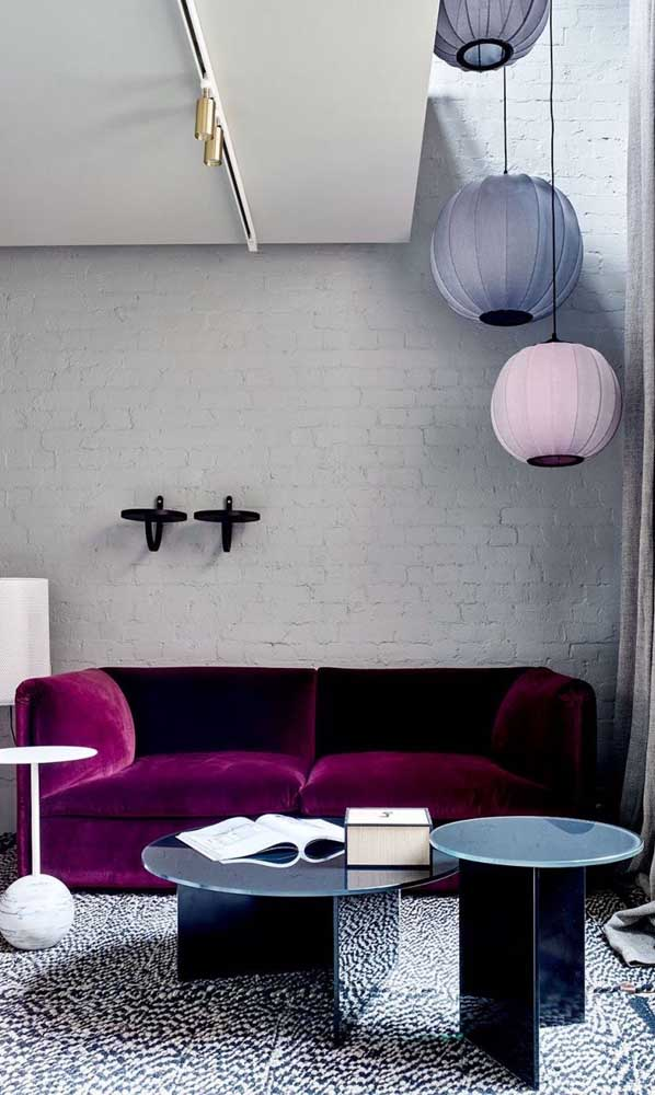 O sofá magenta de veludo deixou a sala moderna e luxuosa