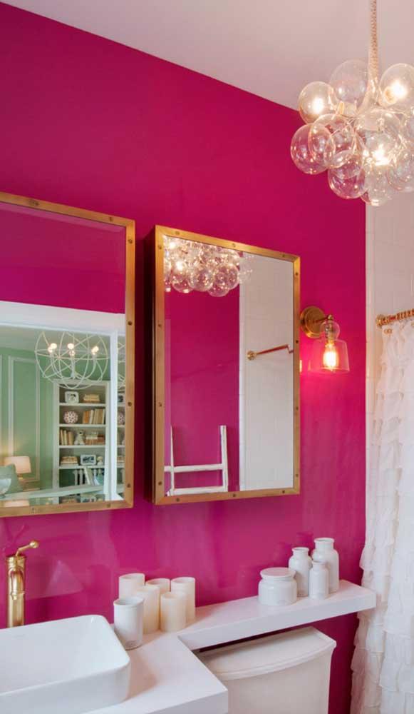 Traga cor para o seu lavabo pintando uma das paredes de magenta