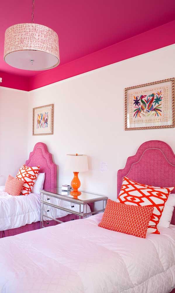 No quarto das irmãs, a cor magenta foi inserida no teto, na cabeceira da cama e em mais alguns detalhes pontuais. Repare que o laranja forma um contraponto divertido no ambiente