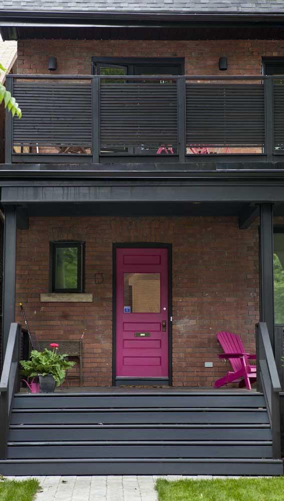 Já pensou pintar a porta de entrada de magenta? Vale a pena considerar essa opção