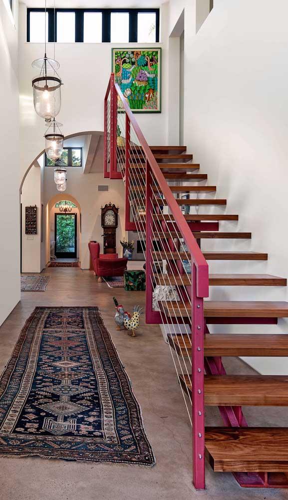 Já por aqui, o magenta foi incorporado ao guarda corpo da escada formando uma bela composição com os elementos em madeira