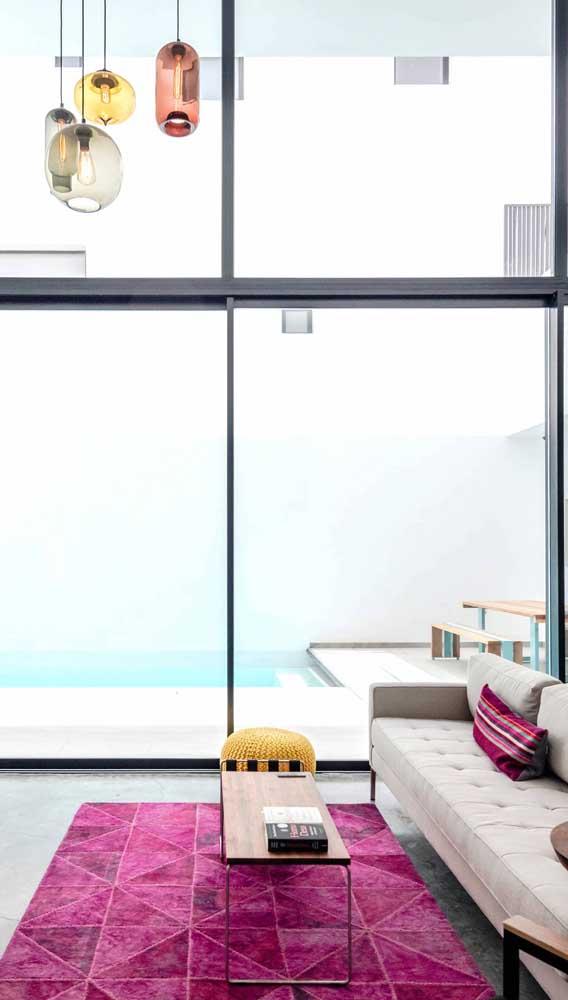 Sala de estar clean com tapete magenta: tudo em equilíbrio