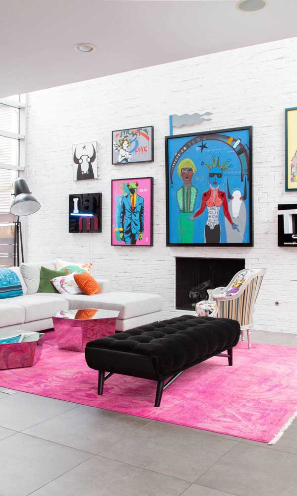 Já nessa outra sala de estar, o magenta ajuda a fazer a transição entre os diferentes estilos presentes no espaço