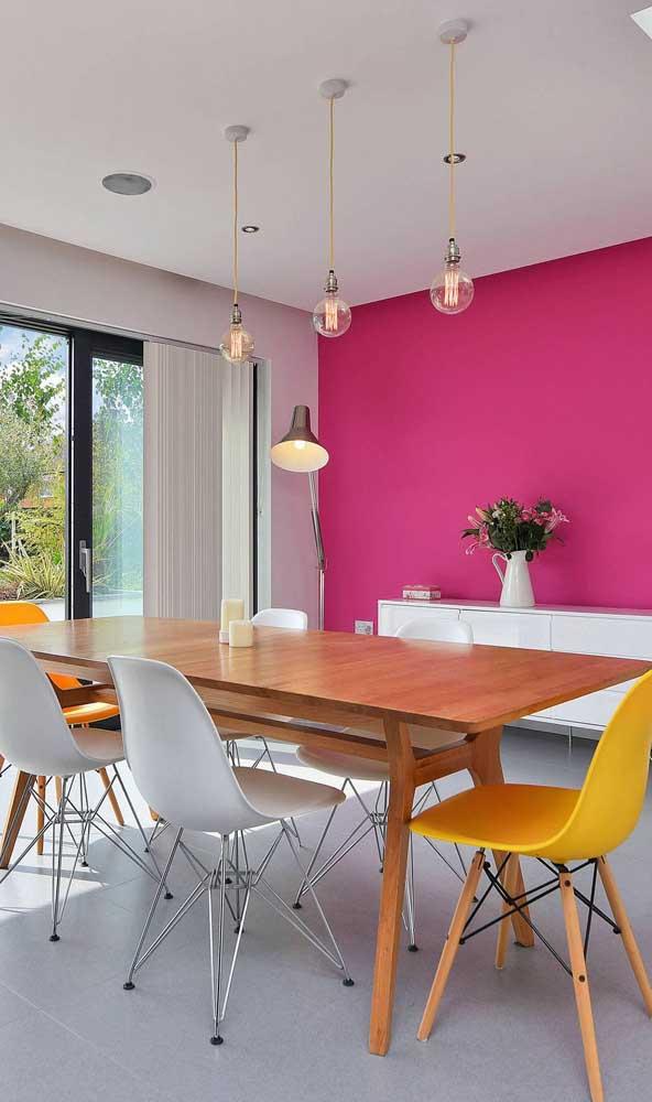 Sala de jantar com parede magenta: uma solução simples, prática e econômica para usar a cor