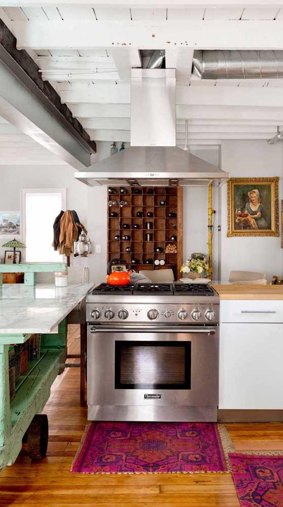 A cozinha também pode se alegrar com o uso do magenta