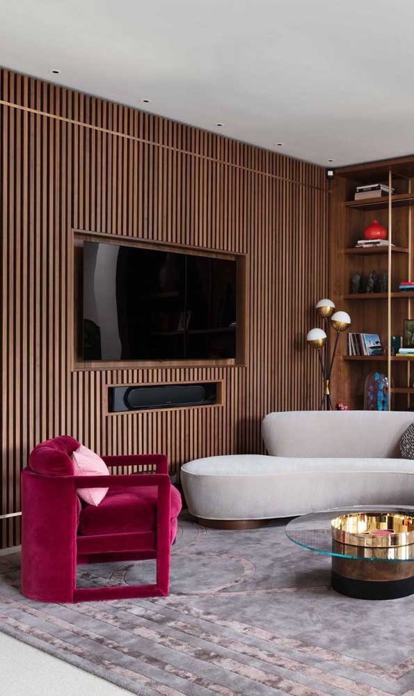 Poltrona magenta para a sala de estar clássica e sóbria