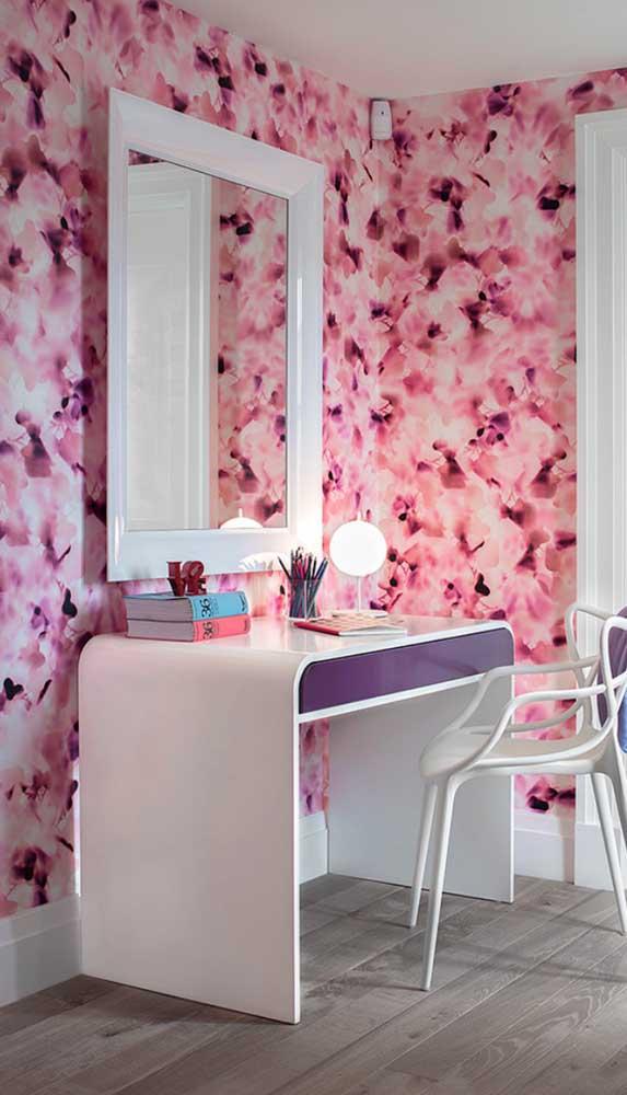 Nesse outro quarto, a cor magenta entra na estampa do papel de parede floral