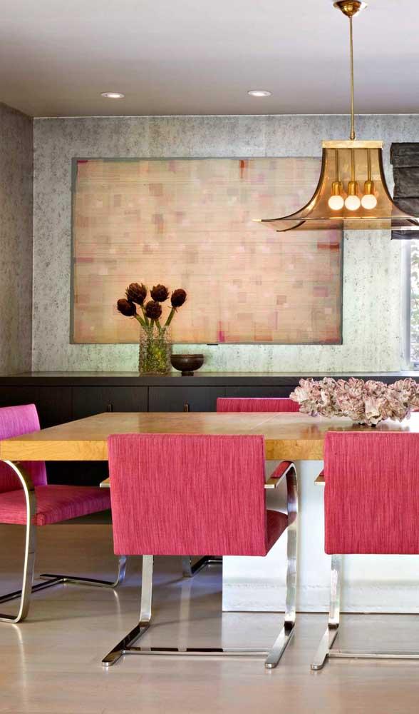 Cadeiras modernas e confortáveis na cor magenta