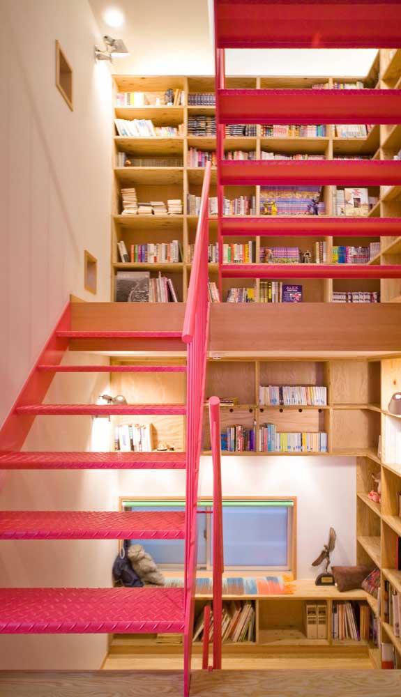 Um bom lugar para inserir a cor magenta de forma criativa: na escada