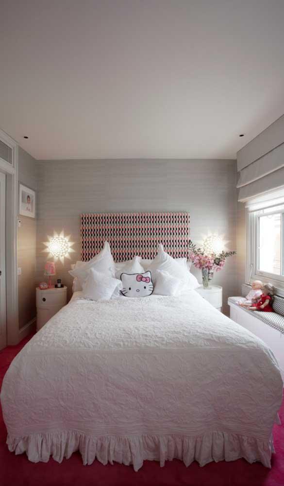 "O quarto clean e delicado apostou na ""quentura"" do magenta para gerar contraste"