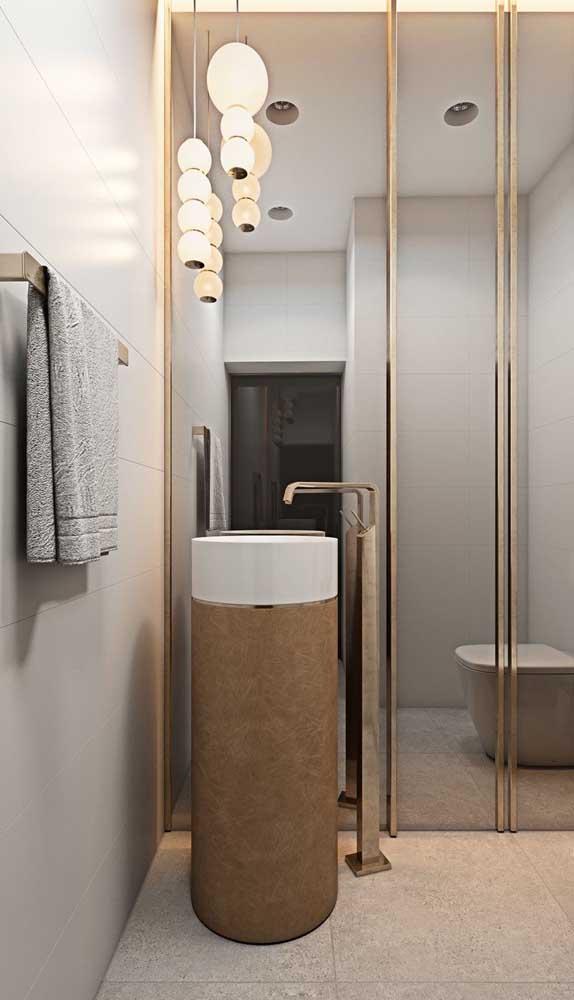 Banheiro moderno com luminária dupla pendente sobre a cuba e na frente do espelho