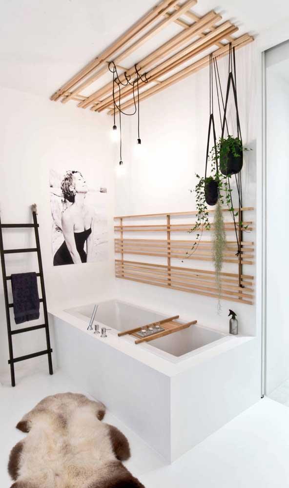 Olha que opção inusitada e diferente de luminária para a área da banheira. O painel de bambu ajuda na sustentação dos fios