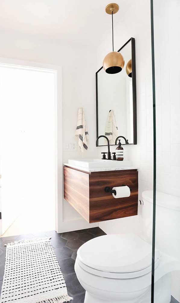 Luminária pendente sobre o balcão do banheiro. Repare que o feixe de luz é projetado para baixo