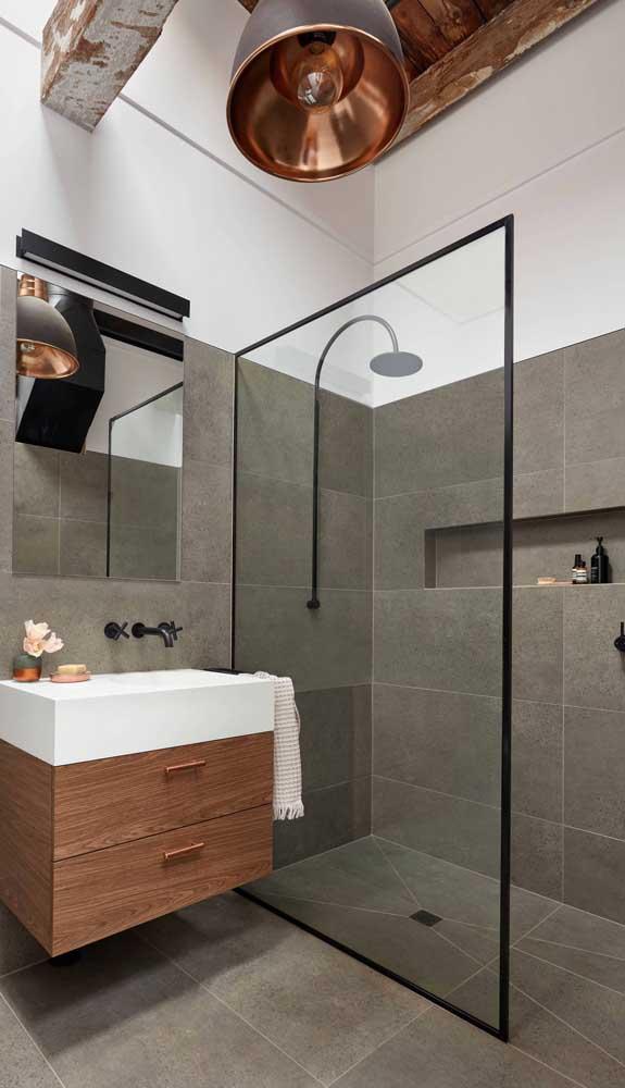 Um banheiro amplo com pé direito alto pede por uma luminária que se destaque