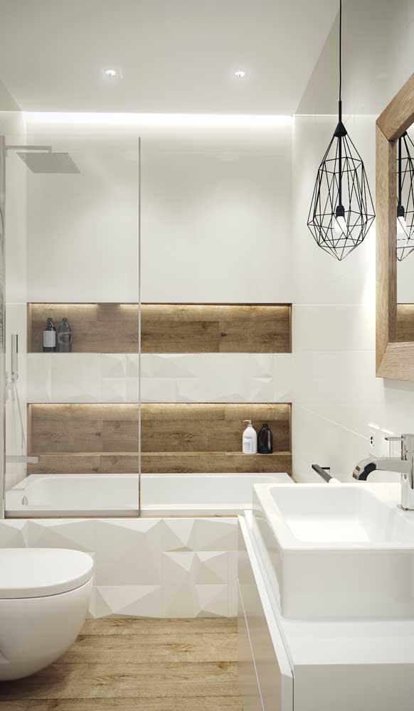 Banheiro clean e moderno com luminária aramada