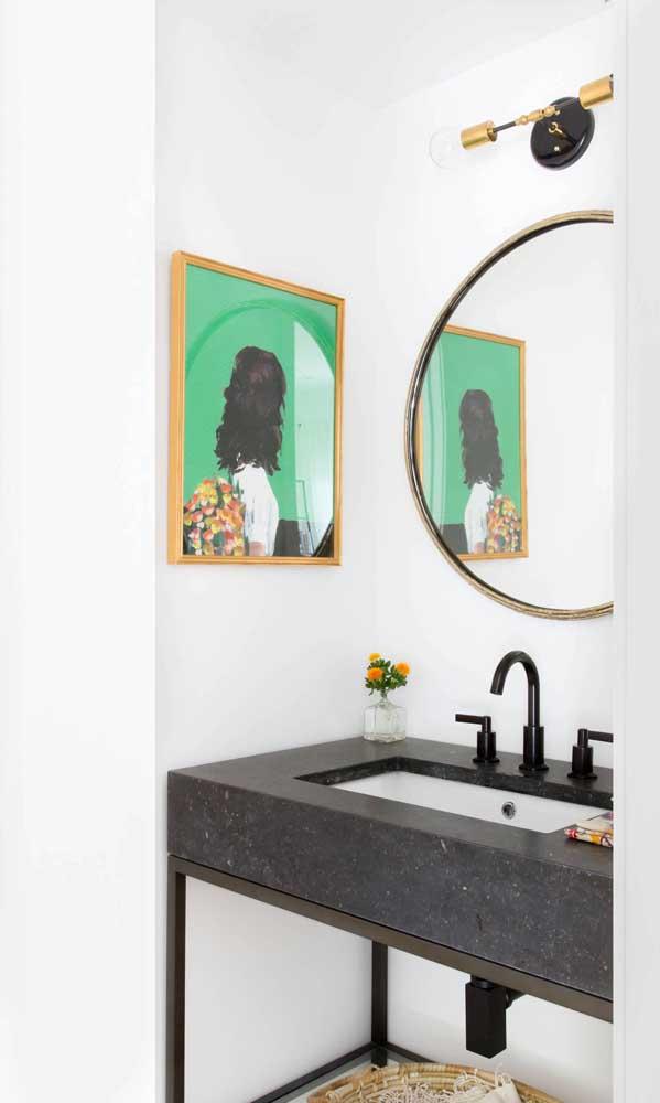 A luminária acima do espelho, como mostra a imagem a seguir, oferece uma ótima iluminação para os cuidados diários
