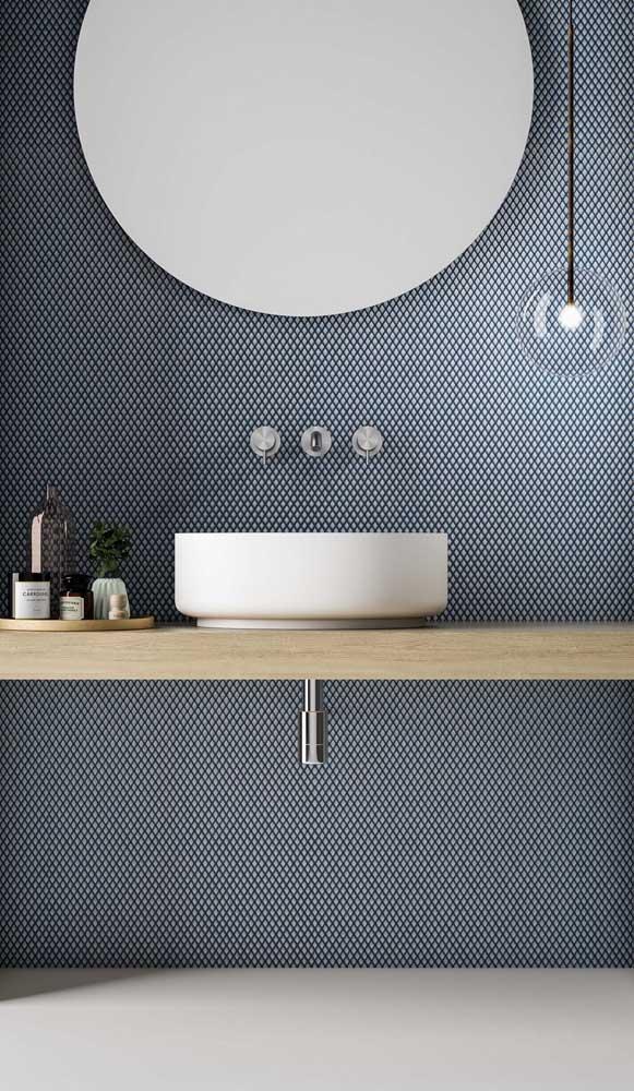 Luminária com cúpula de vidro: modelo clean e minimalista para o banheiro