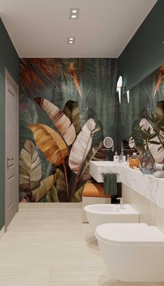 Já esse outro banheiro muito bem decorado traz luminárias de parede acima do espelho e spots embutidos no teto