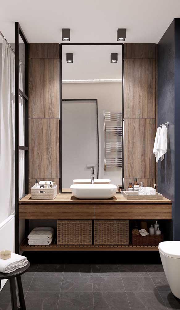 A parede do espelho é a que deve receber maior atenção na hora de planejar a iluminação do banheiro