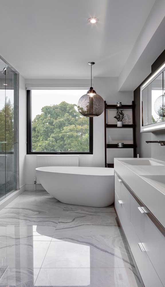 Como não relaxar em uma banheira dessas sendo iluminada por uma luminária pra lá de sofisticada?