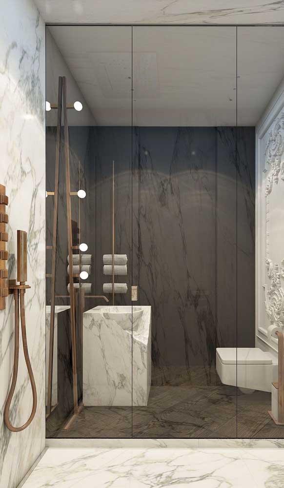 Lâmpadas avulsas sendo usadas como luminária dentro da área do banho