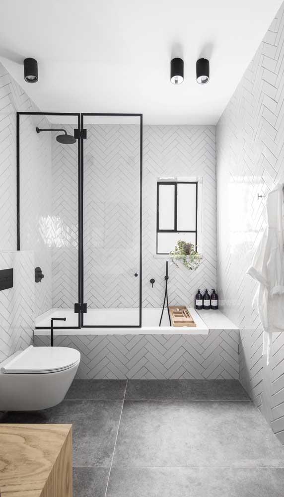 Já para o banheiro minimalista e em preto e branco a opção foi por spots no teto