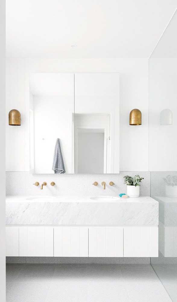 Linda dupla de luminárias com cúpula de cobre para o banheiro branco e clean
