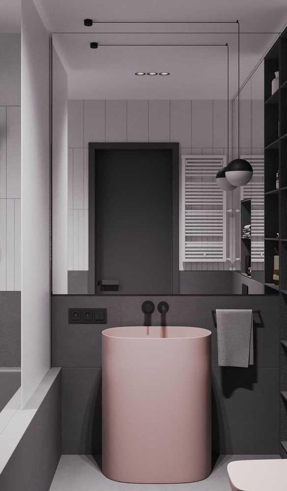 Luminária redonda pendente seguindo o mesmo estilo moderno e minimalista do banheiro