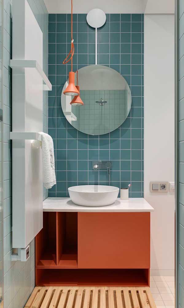 Que tal uma luminária de cor contrastante para dar vida ao seu banheiro?