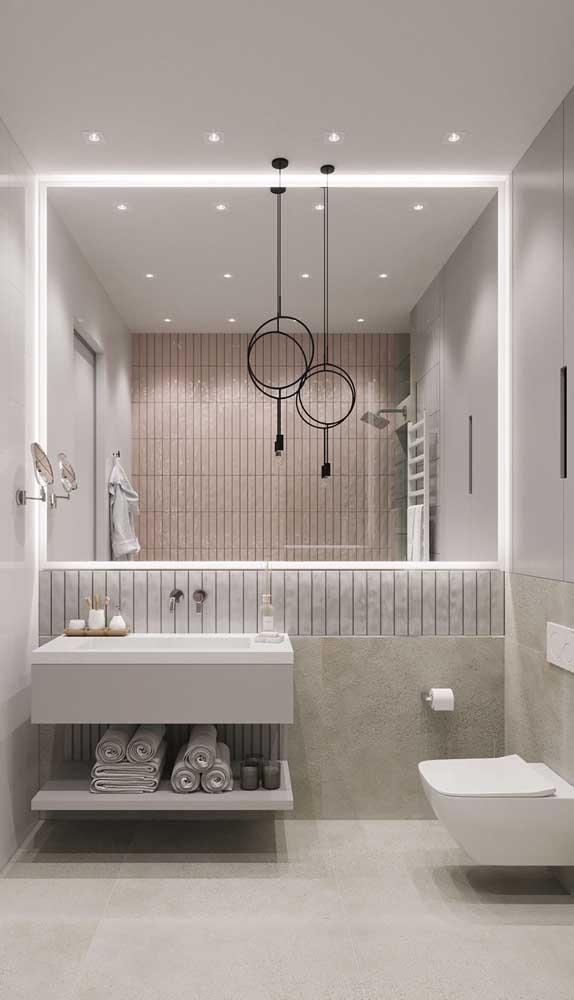 Luminárias, spots e faixas de LED compõe o projeto de iluminação desse banheiro. Repare no equilíbrio estético e funcional da composição