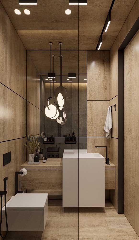 Na frente do espelho, a luz das luminárias é rebatida para todo o espaço