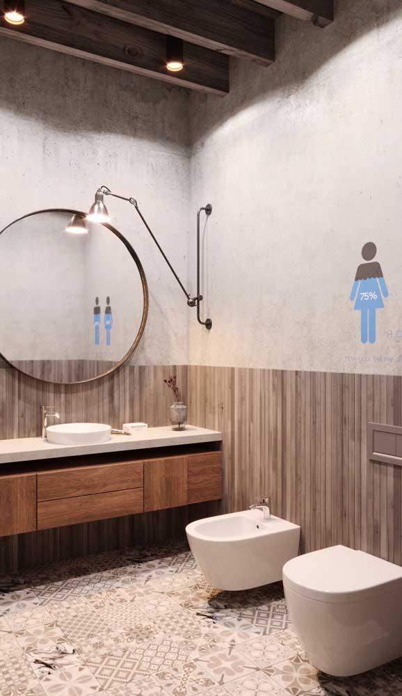 Luminária direcionável na parede ao lado do espelho. A altura da luminária é importante para não gerar sombras na imagem