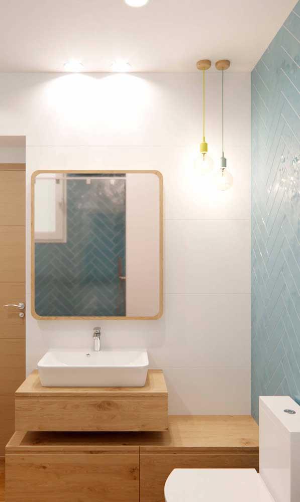 Solução simples e criativa para quem deseja uma luminária no banheiro, mas não pode investir muita grana no momento