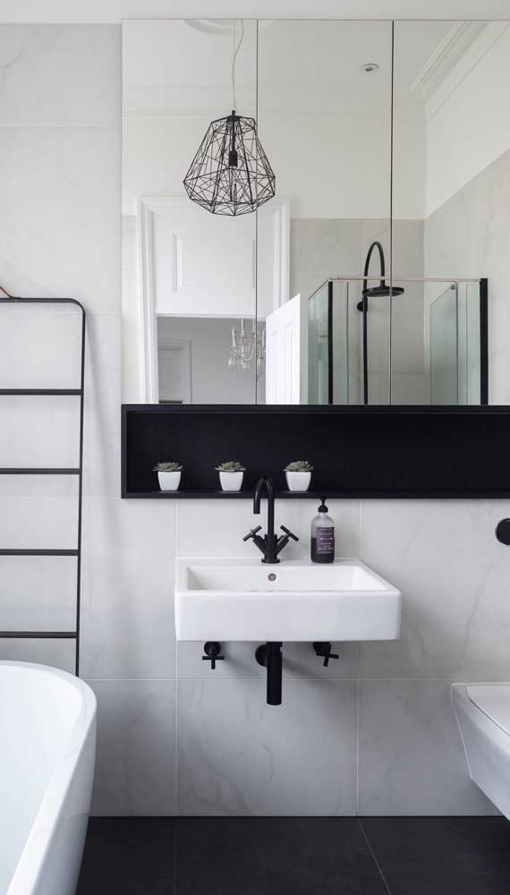 Luminária pendente aramada para o banheiro moderno em preto e branco