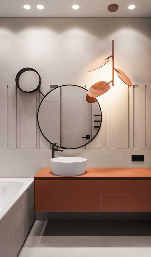 Luminária diferente e original para esse banheiro. Repare que a luz amarela traz conforto e acolhimento ao ambiente