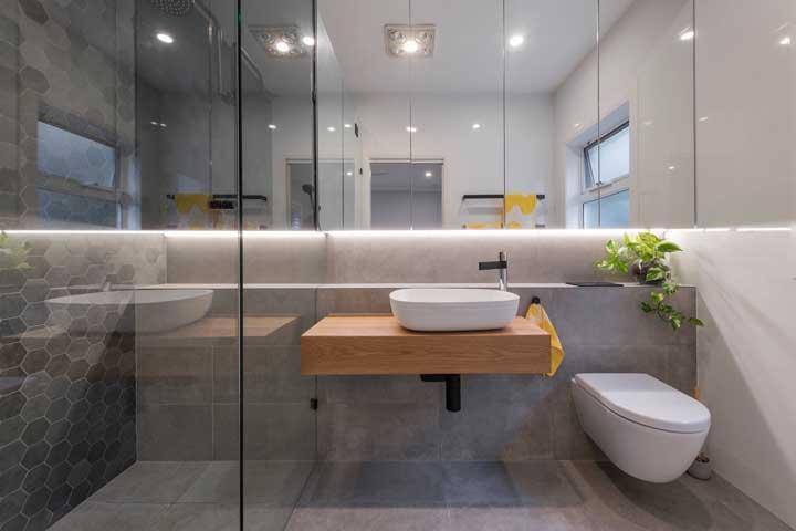 Se uma luminária pendente não for possível para você, aposte em fitas de LED para compor a iluminação do banheiro