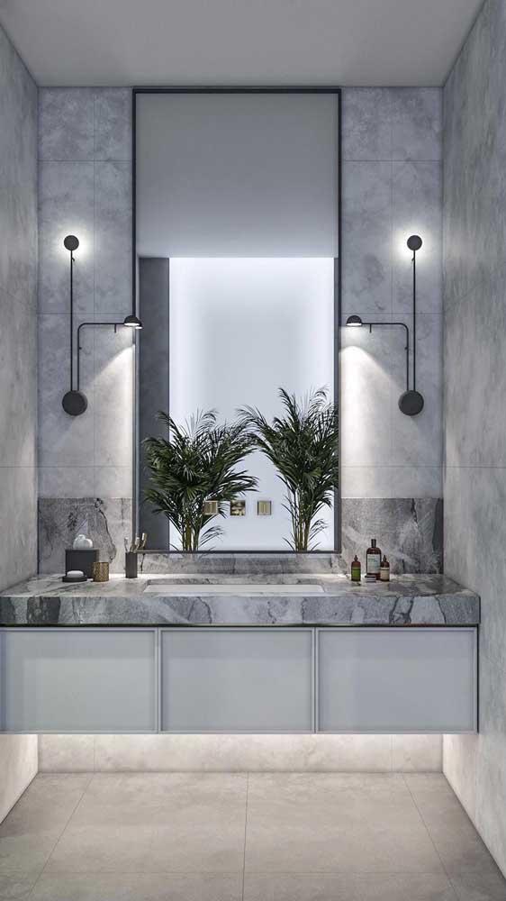 Luminárias direcionáveis ao lado do espelho são a opção mais funcional para esse espaço