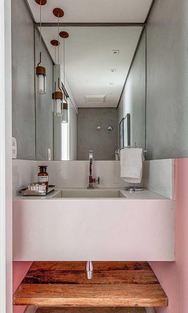 Luminária pendente simples na frente do espelho para ajudar no momento de cuidar da pele, da barba e da maquiagem
