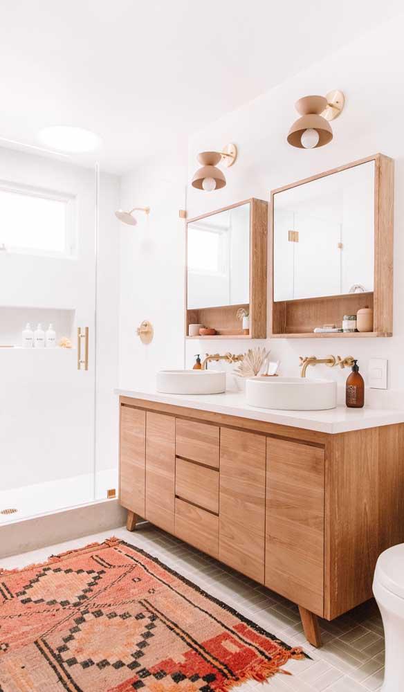 Luminárias de parede em perfeita harmonia com a paleta de cores do banheiro