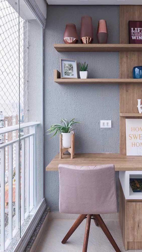 O home office instalado na varanda fica mais seguro com a rede de proteção