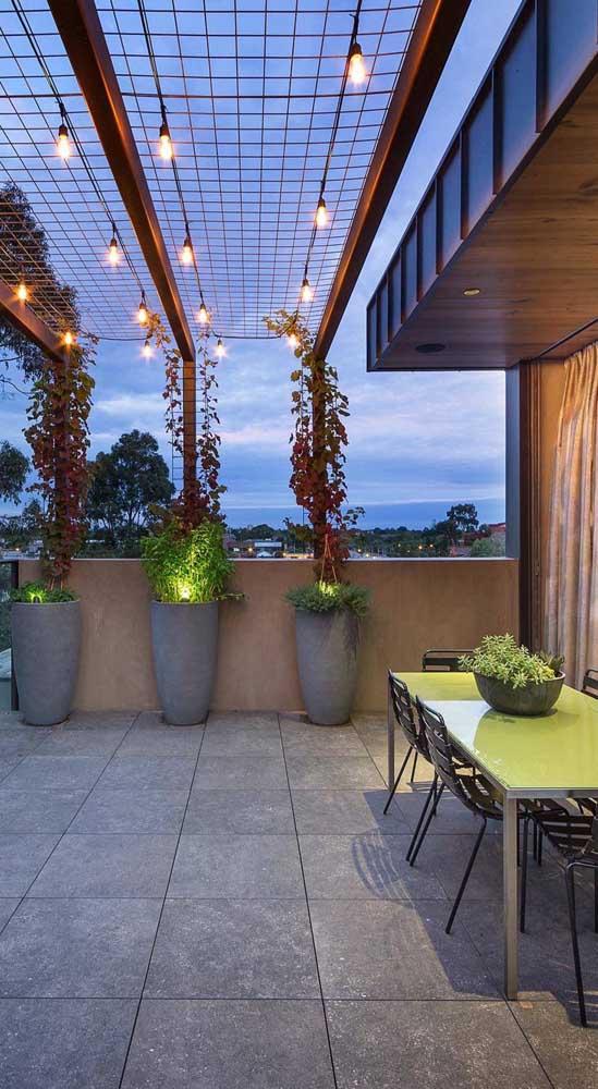 A rede de proteção desse terraço ganho um toque de charme com as lâmpadas