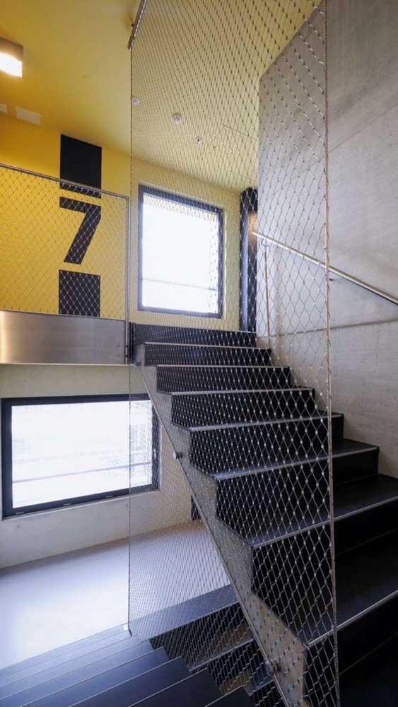 Rede de proteção aramada para a lateral da escada. Uma maneira de unir segurança com a decoração