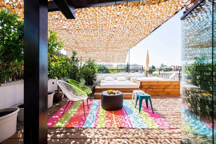 E, para fechar, o que acha de usar a rede de proteção para criar uma cobertura verde sobre o terraço?