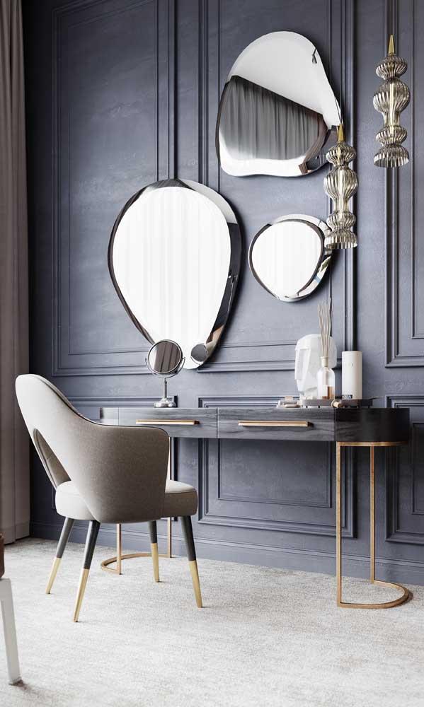 Já a decoração clássica desse quarto ganhou modernidade com a composição de espelhos bisotados em formatos irregulares