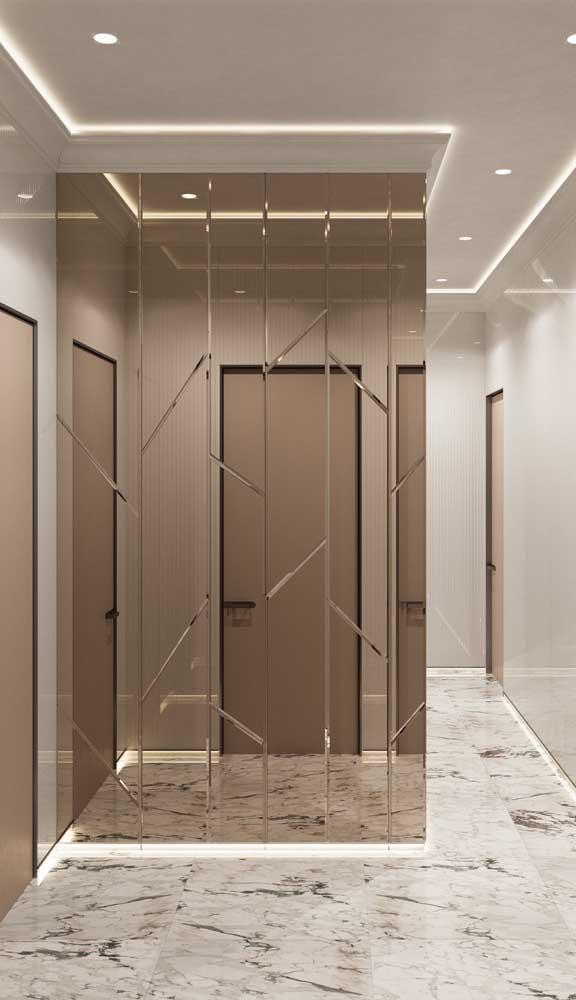 O espelho bisotado também pode mudar a cara do corredor da casa