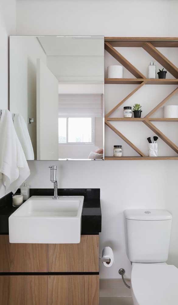 Espelho bisotado de bordas simples e retas para o banheiro moderno.