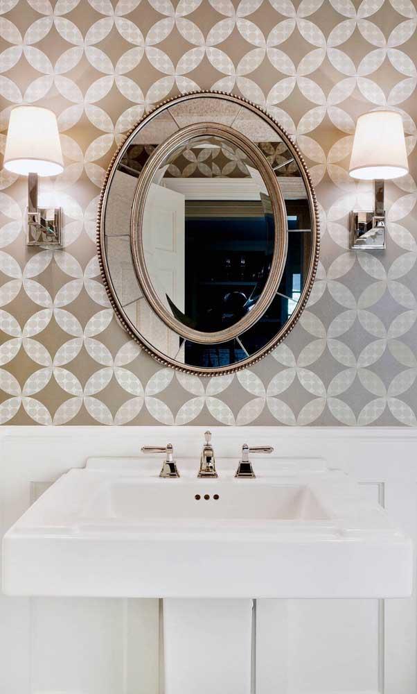 Para o lavabo, vale apostar em um modelo ainda mais trabalhado de espelho bisotado